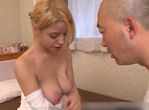 金髪の白人妻が日本人の旦那とのセックスでイキ狂う夫婦のadarutovideo動画